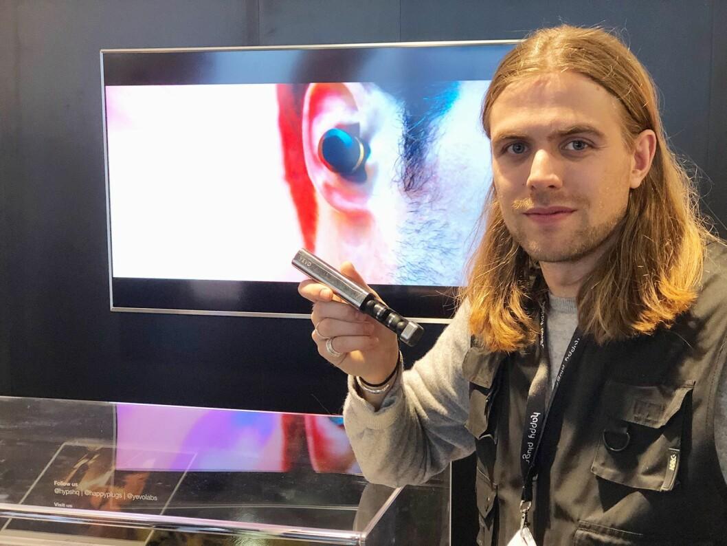 Oscar Knaust i Yevo Labs og Happy Plugs med Yevo Humanium, med latefutteral i stål fra illegale våpen. Foto: Stian Sønsteng