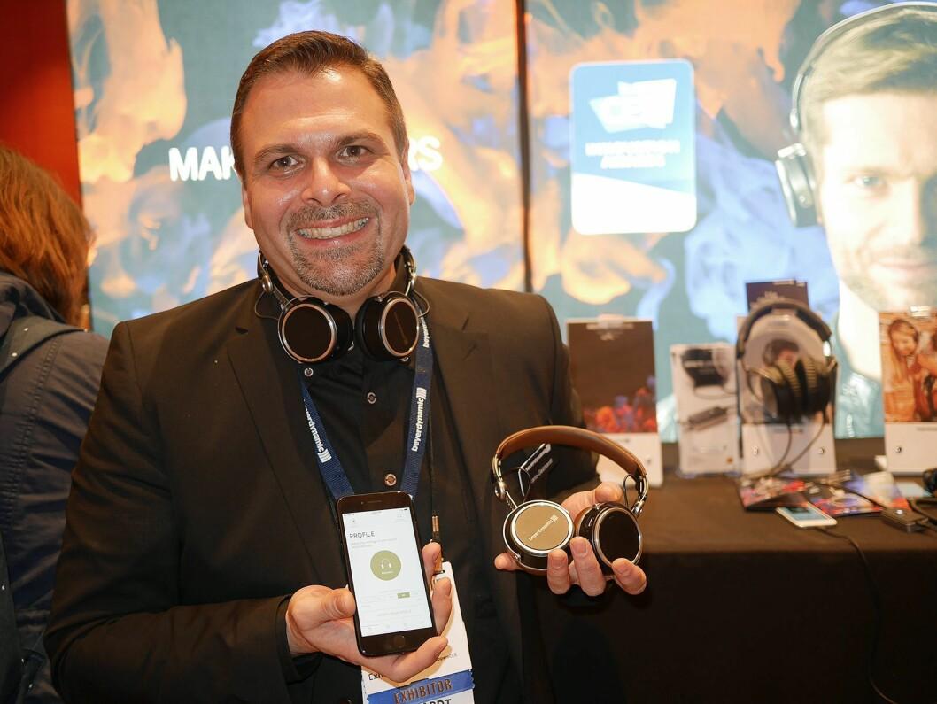Mario Gebhardt i Beyerdynamic med hodetelefonene Aventho Wireless, som justerer lydprofilen etter hørselen til brukeren. Foto: Stian Sønsteng