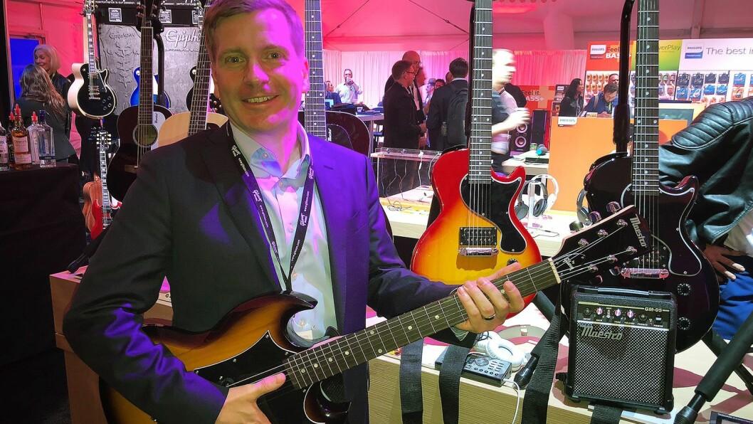 James Belok, globalt ansvarlig for Maestro by Gibson, med den nye gitarfargen de slipper i 2018-porteføljen. Foto: Stian Sønsteng
