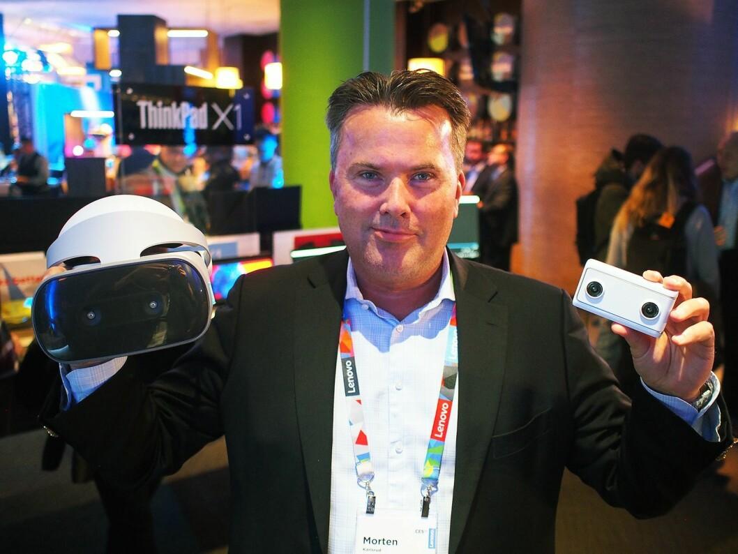 Nordisk direktør Morten Karlsrud viser frem Lenovos nye VR-brille og 180-graders kamera. Foto: Jan Røsholm