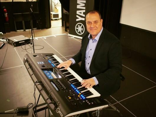 Jens Amtoft i Yamaha demonstrer hvilke muligheter som ligger i Genos. Foto: Jan Røsholm.