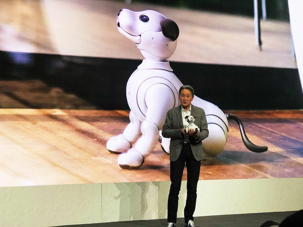 Kazuo Hirai, toppsjef i Sony, viser frem den nye utgaven av robothunden Aibo, med kunstig intelligens (AI). Foto: Stian Sønsteng