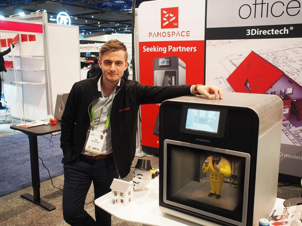 Ted Muchow i 3DPanospace viser frem den nye skriveren for proffmarkedet. Foto: Jan Røsholm
