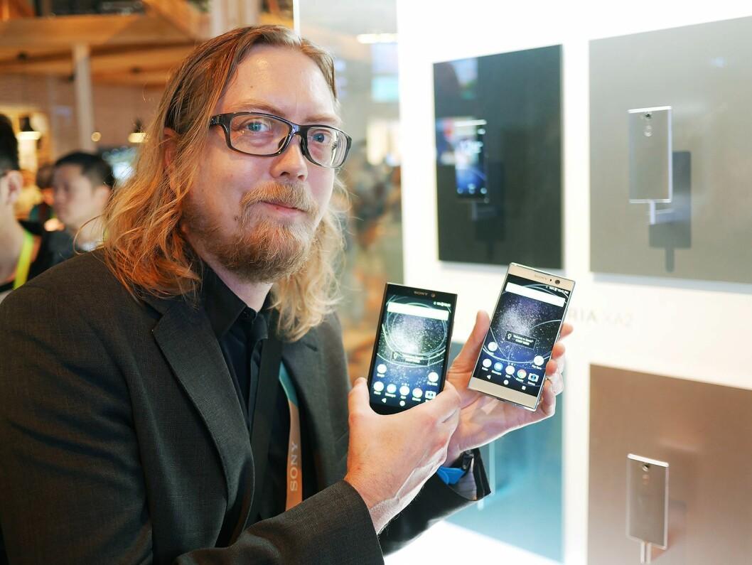 Rikard Skogberg i Sony Mobile Communications viser Xpera XA2 Xperia L2 i super-mellomklassen, til 3.500,- og 2.300,- Foto: Stian Sønsteng