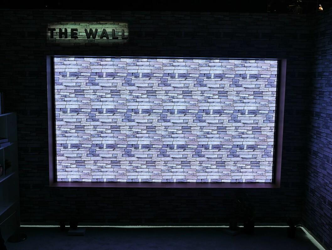 Det skal være nærmest umulig å se mikro-led-flisene The Wall er bygd opp av. Foto: Stian Sønsteng.