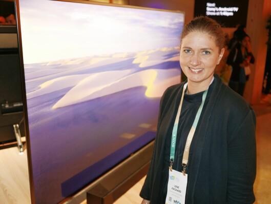 Lene Aagaard i Sony Electronics foran fjernsynet Sony Bravia XF9. Foto: Stian Sønsteng