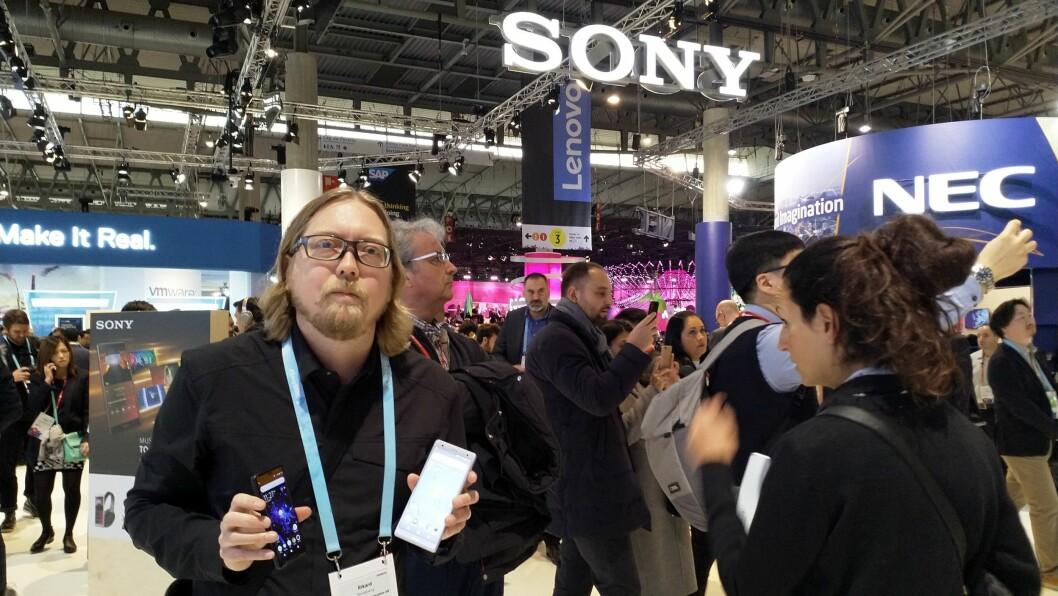 Rikard Skogberg i Sony Mobile viser fram selskapets to nye toppmodeller på årets MWC. Foto: Marte Ottemo.