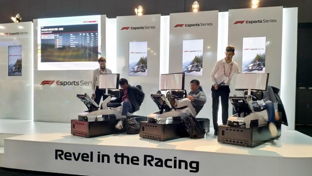 MWC-deltakerne kunne teste egne kjøreferdigheter på Formel 1-standen. Foto: Marte Ottemo.