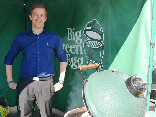 Mats Kronberget Hansen, produktsjef for sesongvarer i Elkjøp Nordic, fotografert under Campus 2017 med utegrillen Big Green Egg. Foto: Stian Sønsteng.