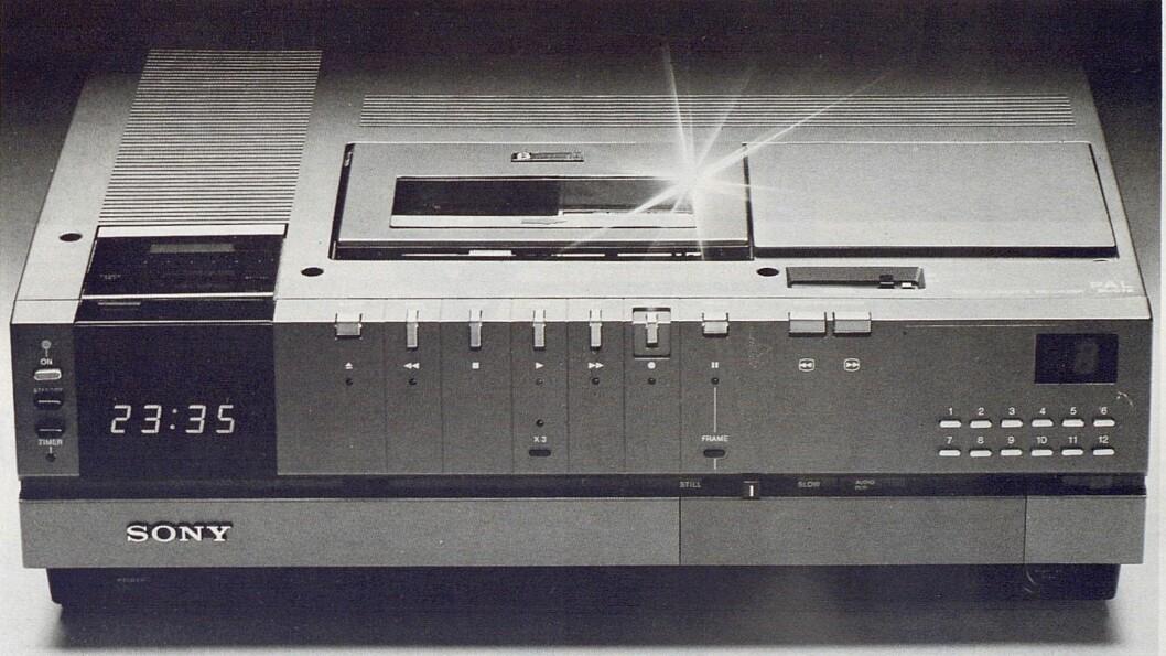 Sonys nye Betamax, SL-C7, er en meget avansert maskin som teknisk sett kan konkurrere med hva det skal være. Bilde fra Radiobransjen nr. 10/1979.
