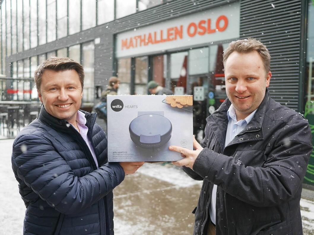 Morten Hoff (t. v.) og Vidar Elshøy i Wilfa foran Mathallen i Oslo, der vaffeldagen den 25. mars markeres med et veldig arrangement i samarbeid med Vaffelgutta. Foto: Stian Sønsteng