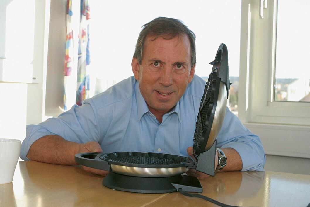 I nr. 10/2005 presenterte fagbladet Elektronikkbransjen «hjernen bak jernet», Johan Martinussen, som hadde utviklet Wilfas vaffeljern WAS 623 – som fortsatt er deres storselger. Foto: Stian Sønsteng.