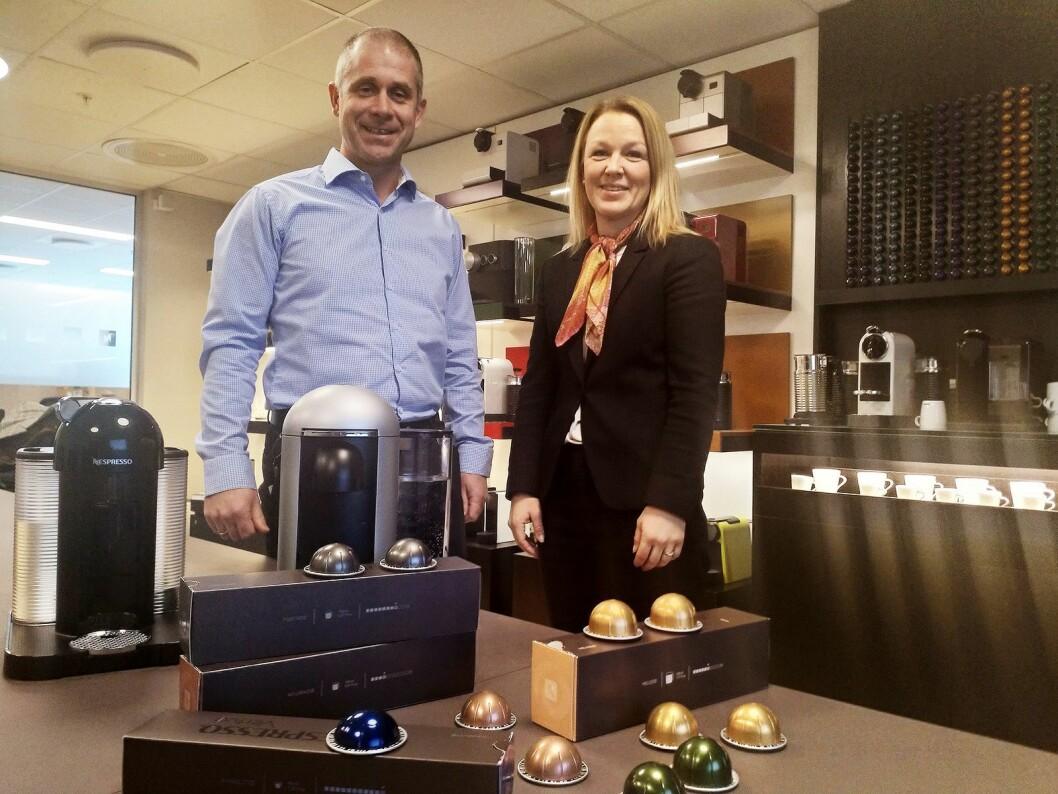 Martin Trangrud, salgssjef i Nestlé Nespresso Norge og Gro Flisnes, merkevareansvarlig, viser fram de nye maskinene og kapslene i Nespressos kontorer på Lysaker. Foto: Marte Ottemo.