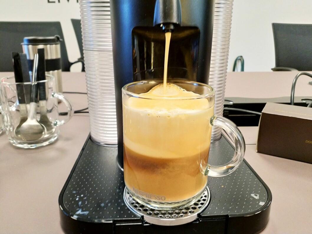 Heller du litt melk i koppen før brygging, lager du en reverso. Det gir ekstra god fylde i cremaen. Foto: Marte Ottemo.