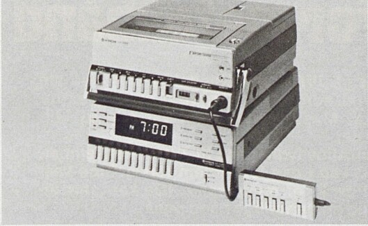 Hitachis kompakte, bærbare opptaker (her plassert på toppen av den tilhørende TV-tuner for stasjonært bruk) har touchbetjening og veier bare 6,8 kg med batteri. Bilde fra Radiobransjen nr. 10/1979.