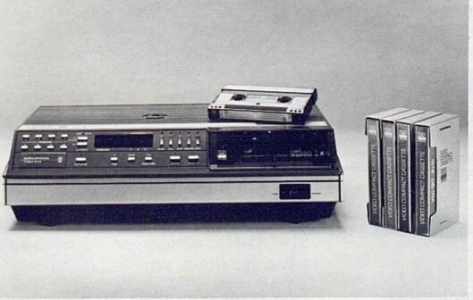 Et eksempel på det nye, europeiske Video 2000 systemet; her representert ved en maskin av Grundig-fabrikat. Grundig benytter U-båndføring i motsetning til Philips' M-båndføring, men en Philips-kassett kan likevel spilles på en Grundig-maskin og omvendt. Bilde fra Radiobransjen nr. 10/1979.