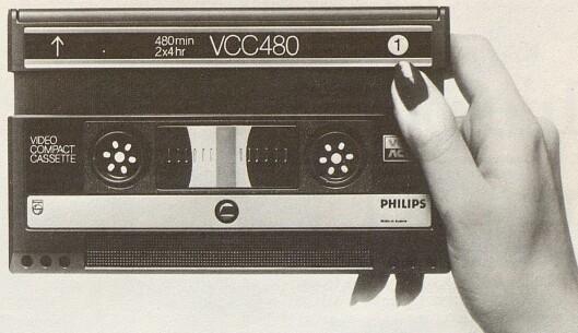 Kassettene i det nye systemet Video 2000 fra Philips er ikke større enn ca. 18x11 cm. Bilde fra Radiobransjen nr. 7/1979.