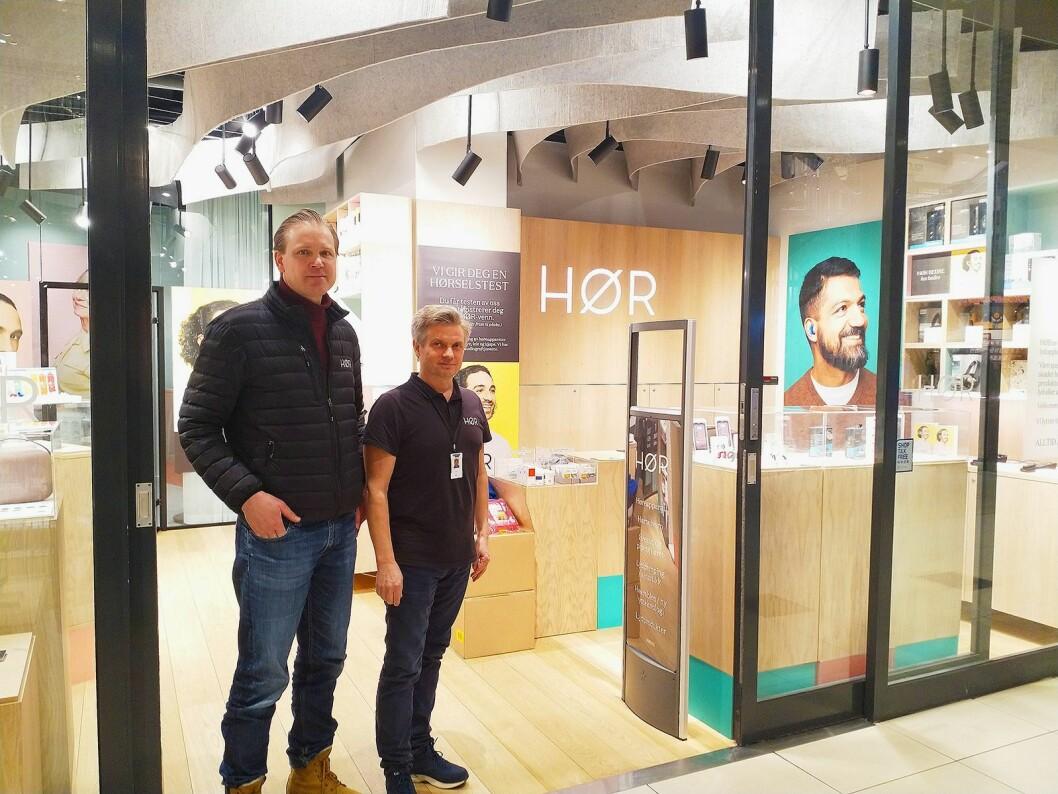 Produkt- og butikksjef Thomas Børde og gründer og daglig leder Harald Næs har fått Snøhetta til å designe butikken på Byporten i Oslo. Foto: Marte Ottemo