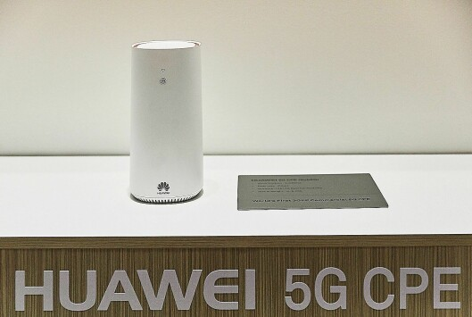 Huawei-sjef Richard Yu lansere selskapets 5G Customer-premises equipment-ruter (CPE) på World Mobile Congress. Foto: Huawei.