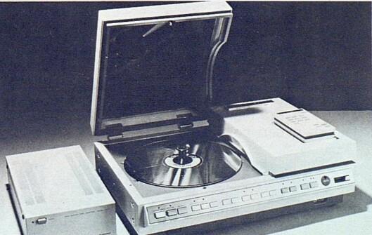 Pioneer viste sin VLP-maskin (samme system som Philips' men produsert i Japan), men benyttet den bare til demonstrasjon av PCM-plater for lydgjengivelse - derfor adapteren til venstre. Bilde fra Radiobransjen nr. 10/1979.