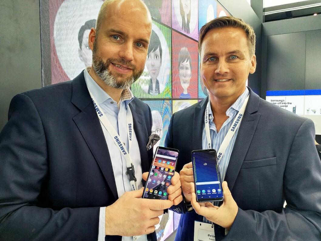Stig-Ove Langø, salgssjef mobil i Samsung Norden og produktspesialist Øyvind Åsen viser fram selskapet nye flaggskip. Foto: Marte Ottemo