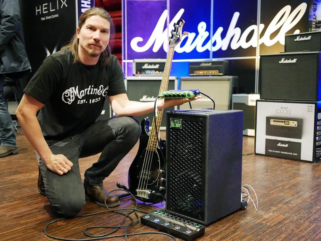 Morten Jensen i EM Nordic med basskabinettet 2X8 (5.300,-), pre-amp pedalen Transit (4.100,-) og basstoppen ELF (2.850,-). Bassen er en Sterling by Musicman. Foto: Stian Sønsteng