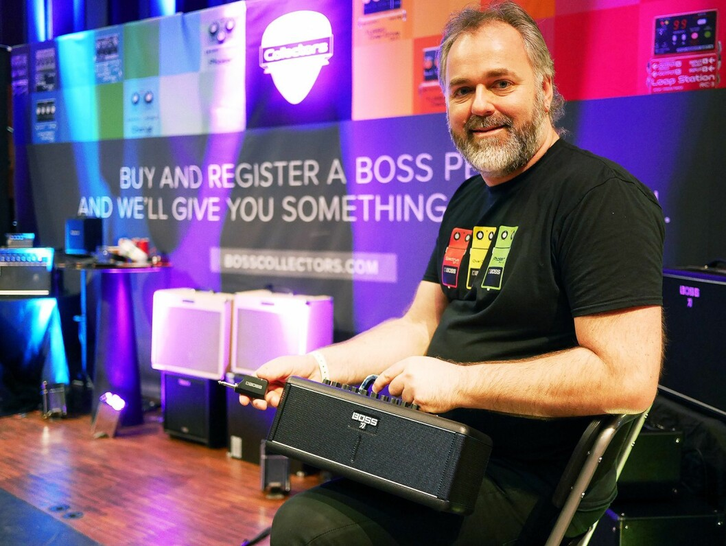 Torodd Bjørkestrand i Roland Scandinavia kunne under Larvik gitarfestival for første gang vise frem Boss Katana-Air i Norge. Foto: Stian Sønsteng