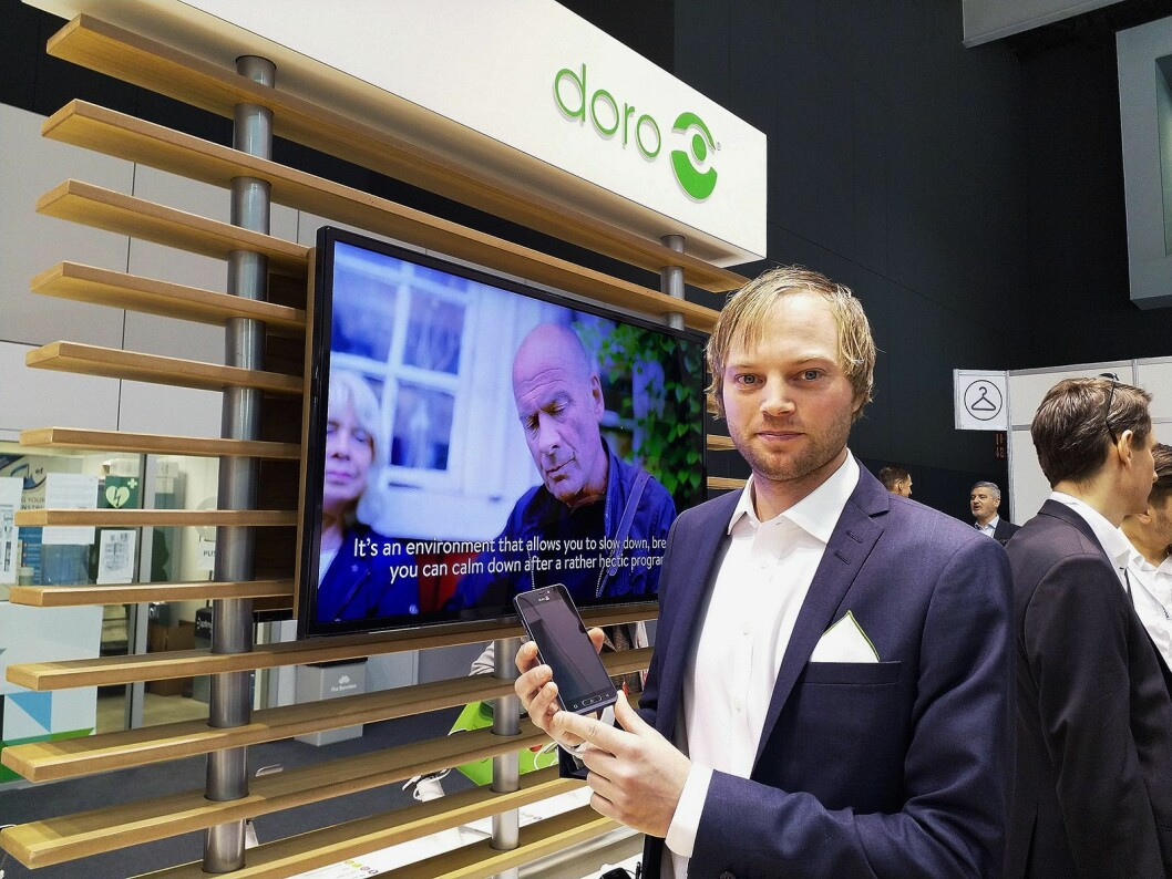 Nøkkelkundeansvarlig i Doro Norge, Anders Austad, viser fram selskapets nyeste smarttelefon 8035 på mobilmessen i Barcelona. Foto: Marte Ottemo