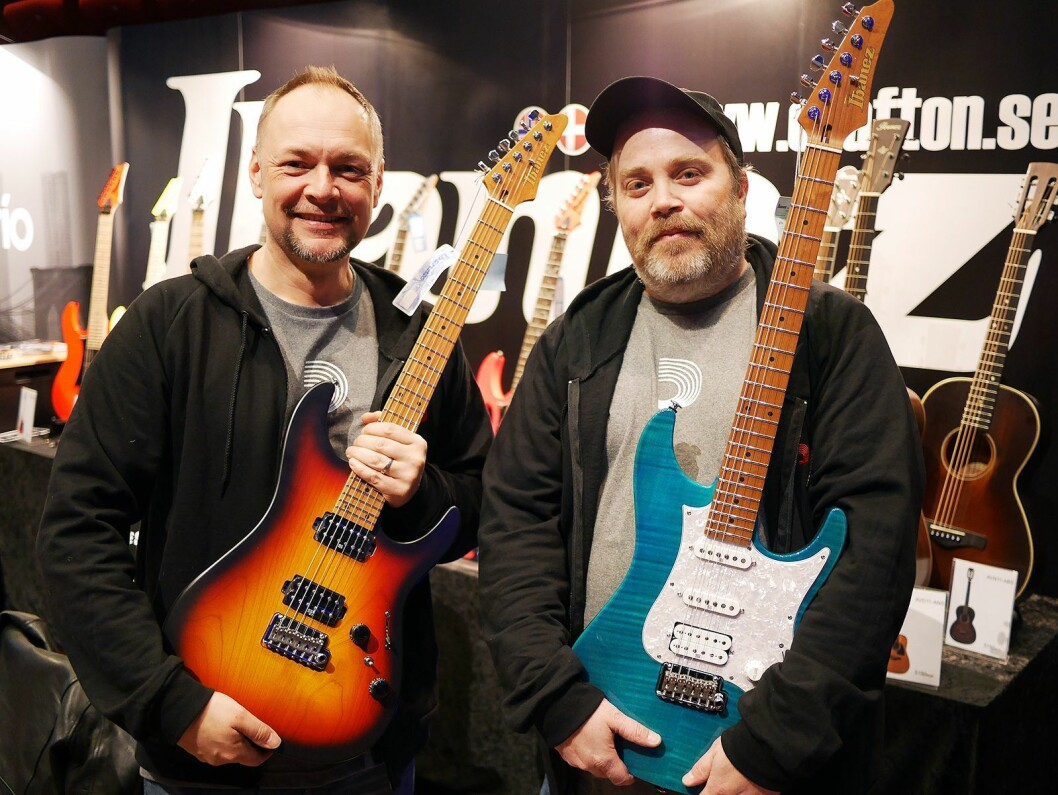 Svante Brodin (t. v.) og Magnus Olsson i Crafton Musik AB med to av modellene i den nye Ibanez AZ-serien. Foto: Stian Sønsteng