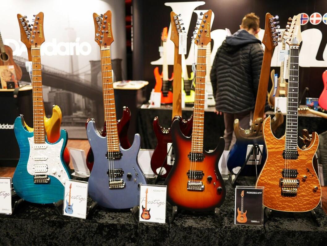 Tre av gitarene i Ibanez AZ-serien, med litt rundere kanter. Til høyre den klassiske RG652BG-NTF. Foto: Stian Sønsteng.