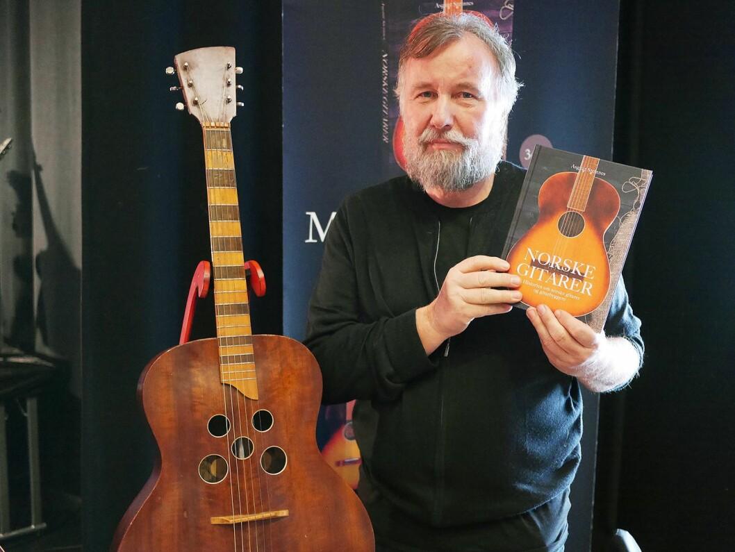 Asgaut Steinnes har gitt ut boka «Norske gitarer» på Jæren forlag. Her med en gitar fra 1947, laget av Asbjørn Henriksen i Porsgrunn. Foto: Stian Sønsteng