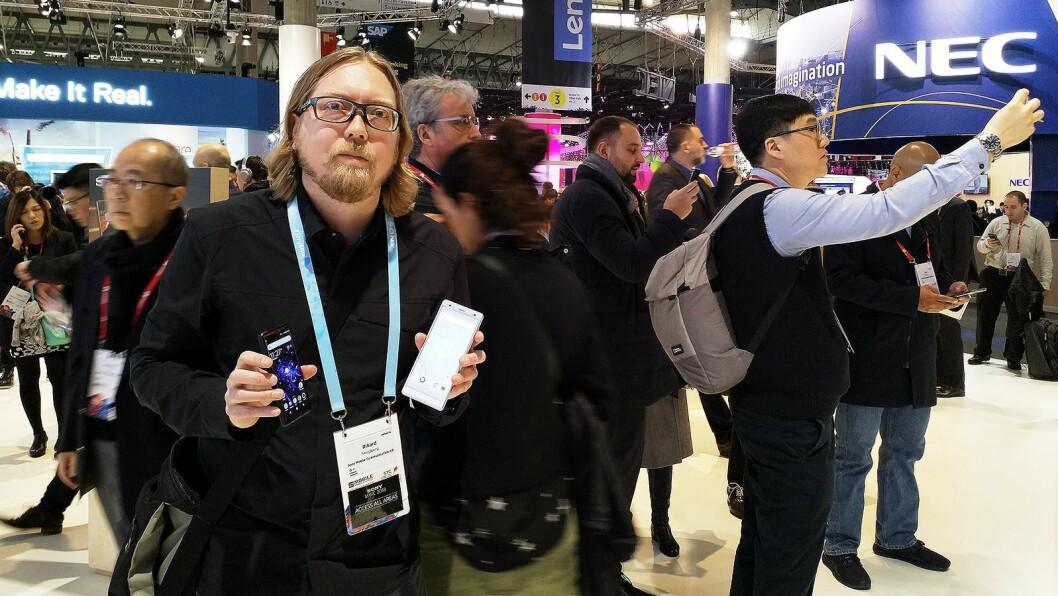 Rikard Skogberg, nordisk PR- og produktsjef i Sony Mobile Communications, ga en gjennomgang av nye Xperia XZ2 og XZ2 Compact. Foto: Marte Ottemo