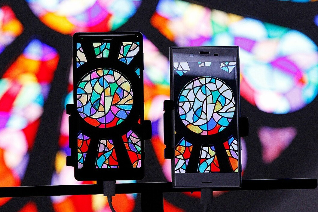 Sony Xperia XZ2 har fått støtte for HDR-formatet Hybrid Logg Gamma, som skal gi bedre fargegjengivelse. Til høyre er Xperia XZ1. Foto: GSMA.