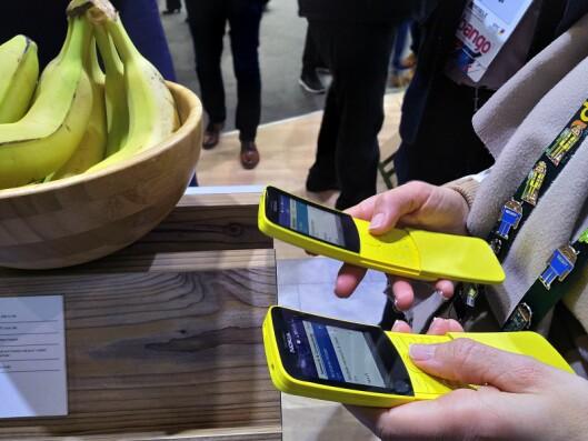 Nokia 8810 4G kommer i gult og sort, og det var trengsel på messen for å få tatt en titt på relanseringen. Foto: Marte Ottemo.