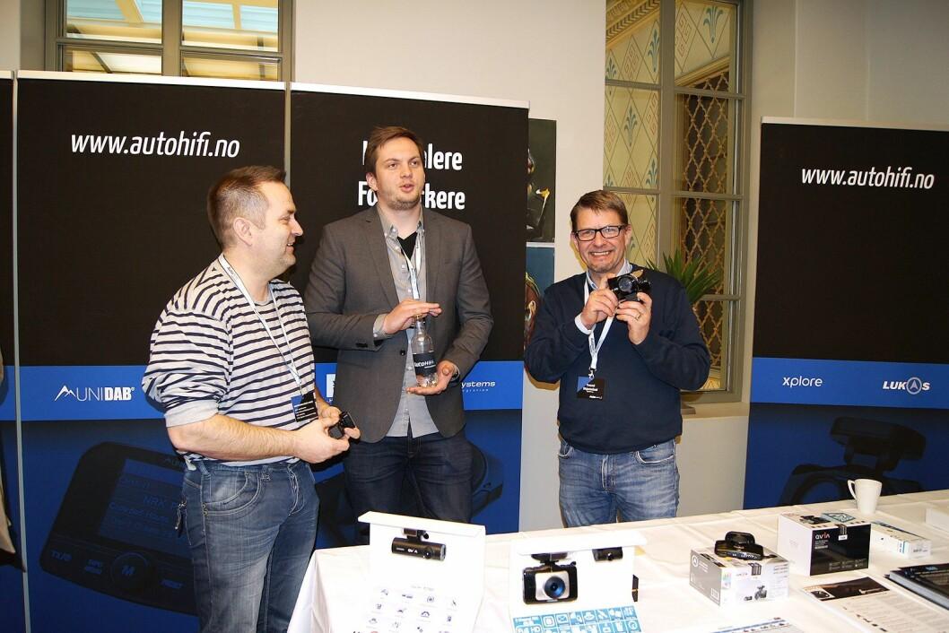 Thor Jensen (f. v.) fra Bilpluss Mo i Rana AS sammen med Kjell Johansen (teknisk support) og Trond Skjemstad (salg/support) i AutoHiFi. Foto: Beate Tiller