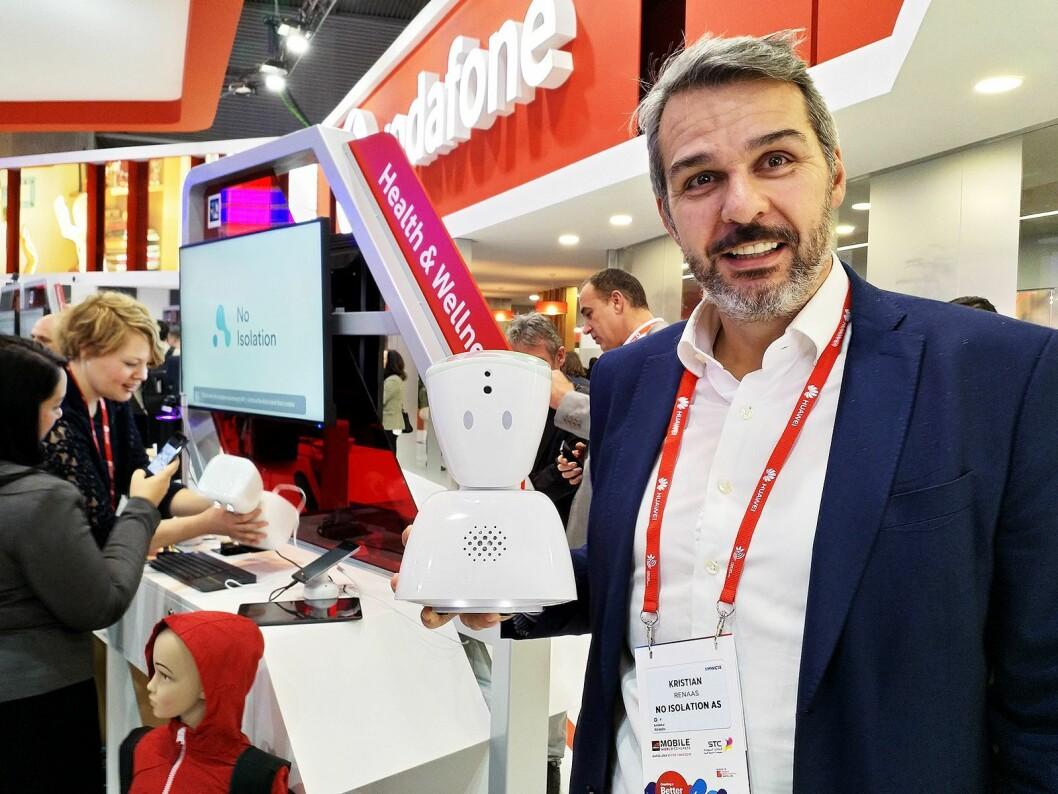 Kristian Renaas, salgsdirektør i No Isolation, står på stand sammen med Vodafone med roboten AV1. Foto: Marte Ottemo.