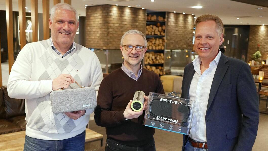 Per-Mårten Olsrud (f. v.), Gino Carbociero og Joacim Sverlinger med tre av Bravens høyttalere, som de nå lanserer i Skandinavia. Foto: Stian Sønsteng