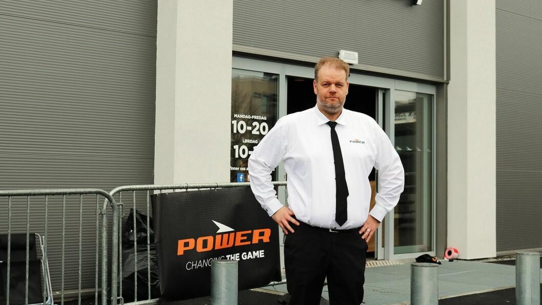 Cato Kjøita er varehussjef ved Power Askim, som åpnet dørene torsdag 5. april. Foto: Power