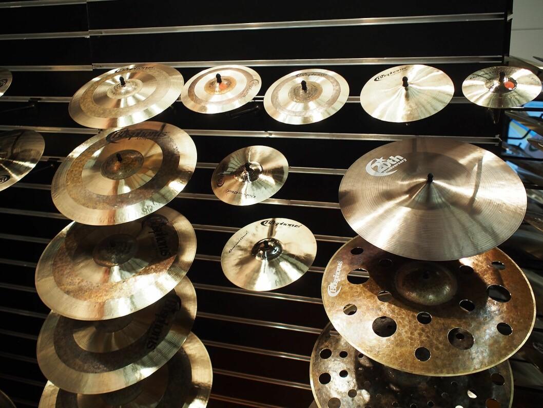 Cymbalene fra finnes i mange størrelser og utførelser. Alle er håndlaget. Foto: Jan Røsholm