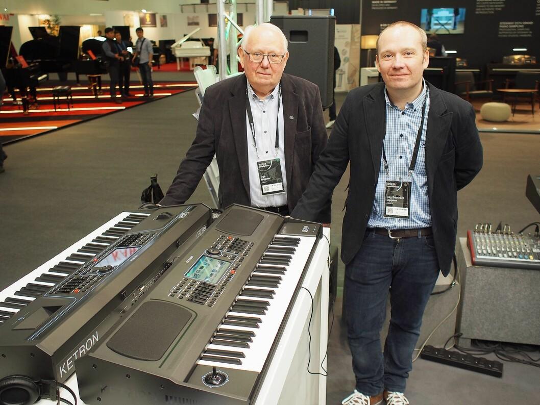 Inge Dippner (til venstre) sammen med Dag B. Dippner viser frem det nye SD60 key-boardet fra Ketron. Foto: Jan Røsholm