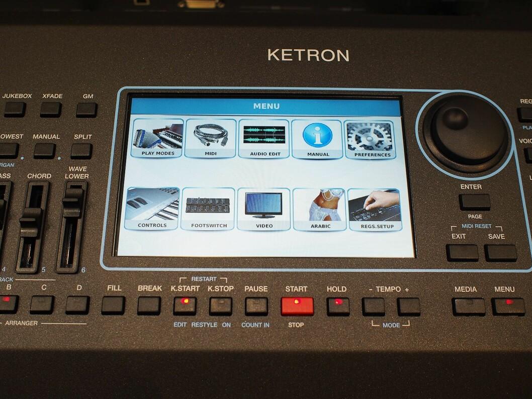 Ketron SD60 har en stor trykkfølsom fargeskjerm som gir tilgang til alle funksjoner og innstillinger. Foto: Jan Røsholm.