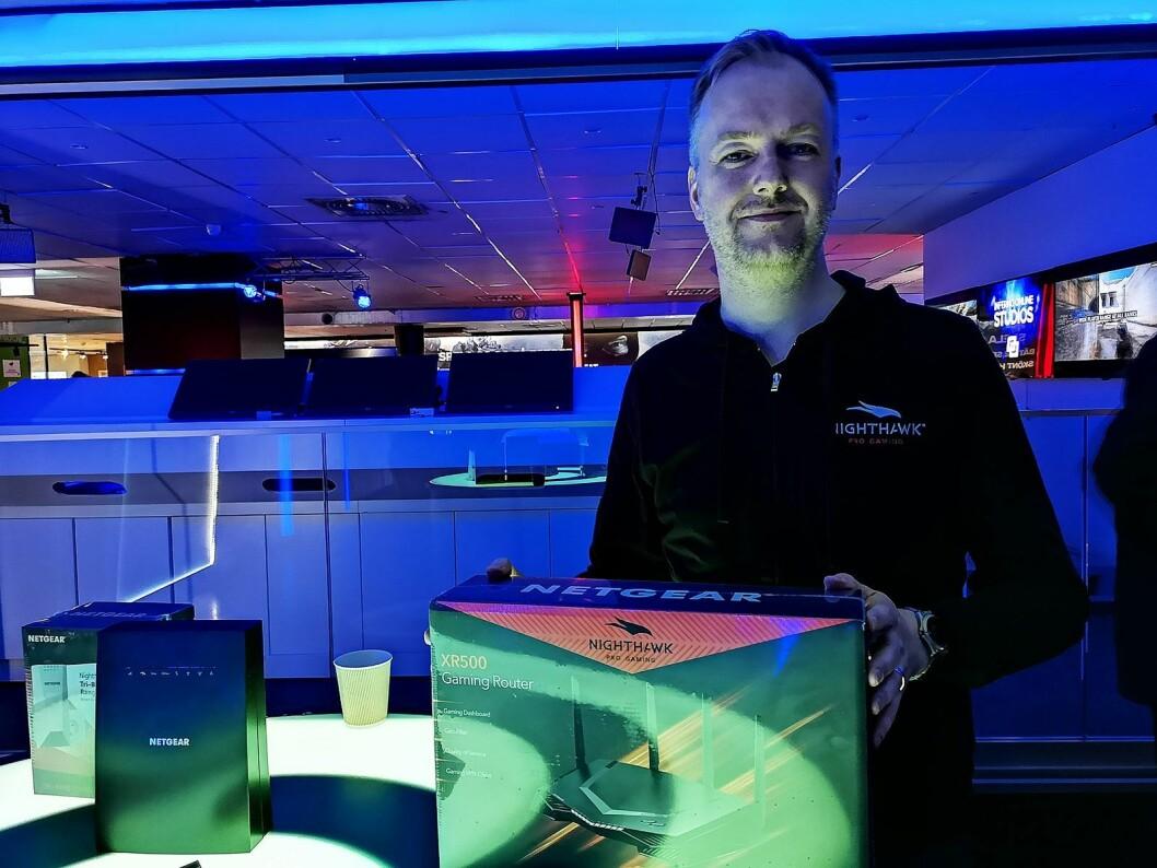 Pål Vatneberg, nordisk sjef i Netgear, viser fram selskapets nye spill-ruter. Foto: Marte Ottemo