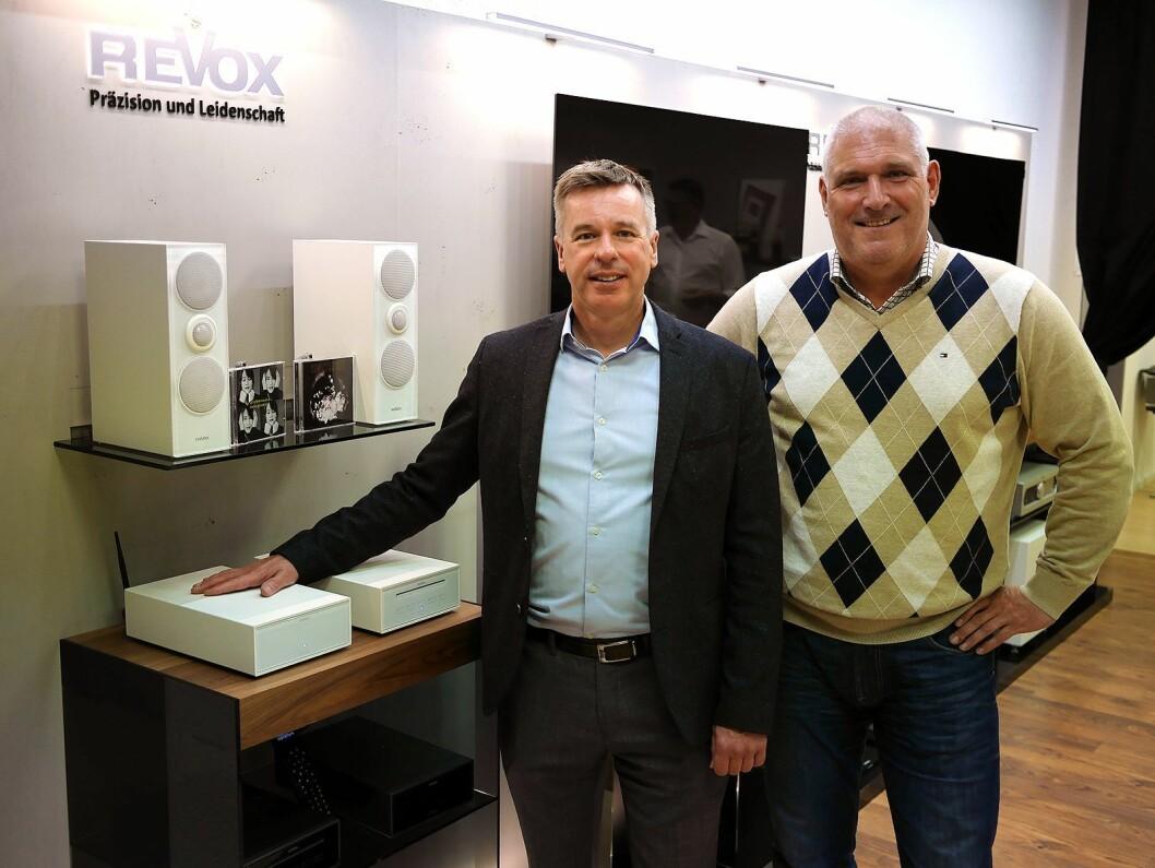Eksportsjef Steve Croft (t. v.) i Revox og Per-Mårten Olsrud i Solipi med nettverksreveiveren Joy, som kommer i tre utgaver fra 11.000,- til 30.000,- kroner, og bokhyllehøyttaleren G70 (7.200,- per stykk). Foto: Stian Sønsteng