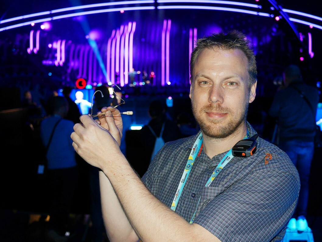 Jonas Næsby i Sennheiser Nordic med bøylemikrofonen der kardioide-mikrofonen fra HSP 4 er kombinert med nakkebøylen fra SL Headmic 1. Foto: Stian Sønsteng