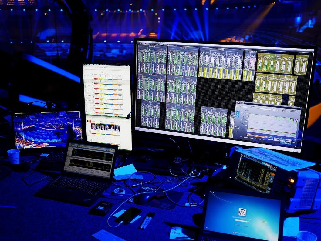 Arbeidsplassen til Sennheisers medarbeidere, der en skjerm monitorerer alle senderne, og brukes til å fjernstyre disse. Foto. Stian Sønsteng