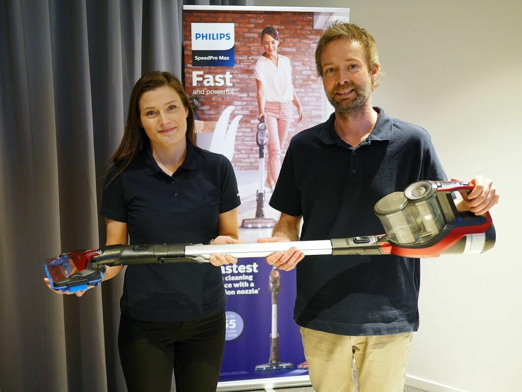 Nøkkelkundesjefene Bernt Risøy og Ronja Vie i Philips med selskapets nye håndholdte og ledningsløse støvsuger SpeedPro Max. Foto: Stian Sønsteng