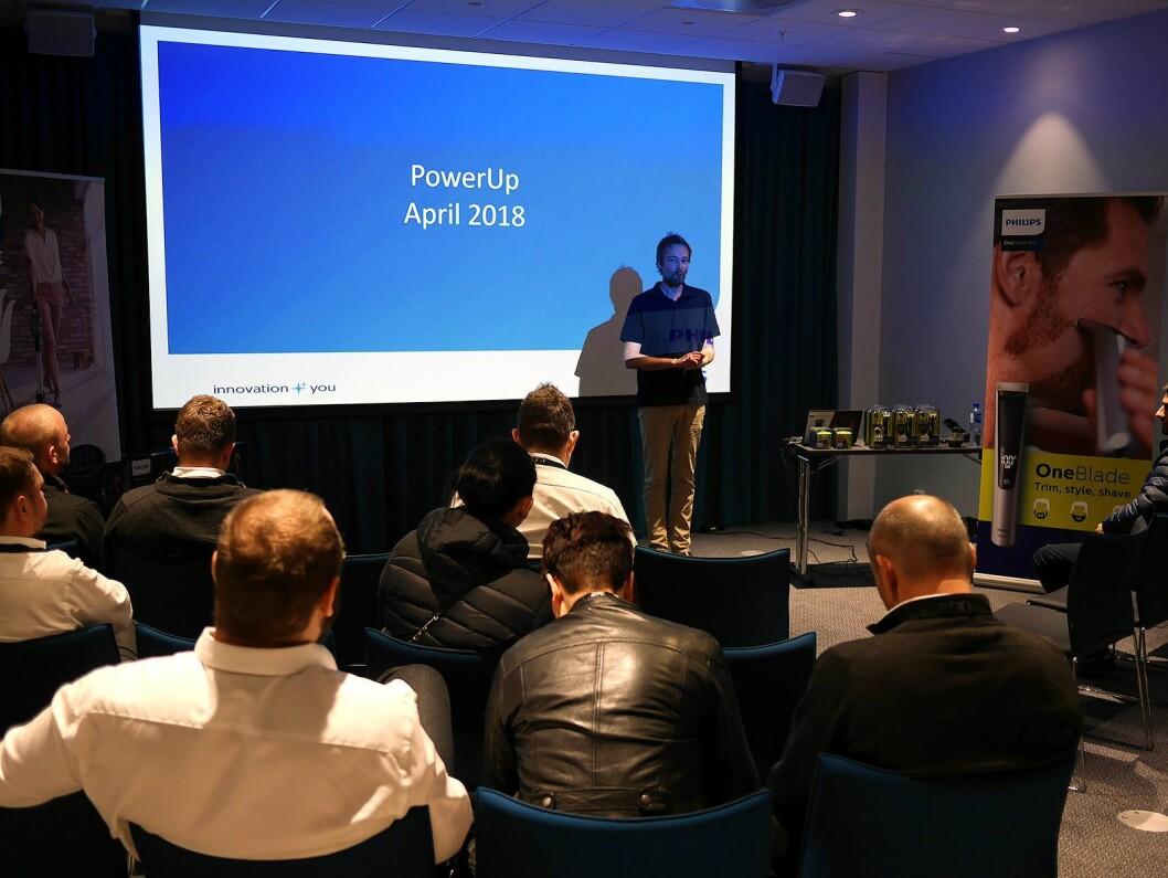 Bernt Risøy foran én av gruppene som deltok på PowerUp på X Meeting Point på Hellerudsletta på Skjetten nord for Oslo. Foto: Stian Sønsteng.