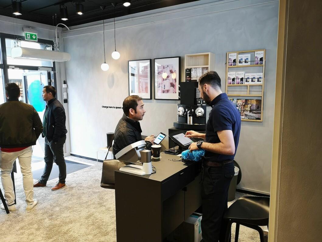 I Samsungs nye service-butikk kan kundene få hjelp på timen. Foto: Marte Ottemo