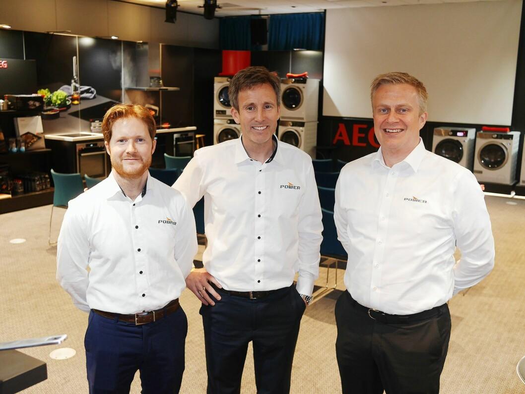 Fra venstre Lars Jødahl (nordisk innkjøpssjef hvitevarer), Henrik Bjønnes (nordisk kategoridirektør hvitevarer) og Thomas Marthinsen (norsk salgssjef for hvitevarer, kjøkken og småelektriske produkter) på PowerUps hvitevaresamling. Foto: Stian Sønsteng