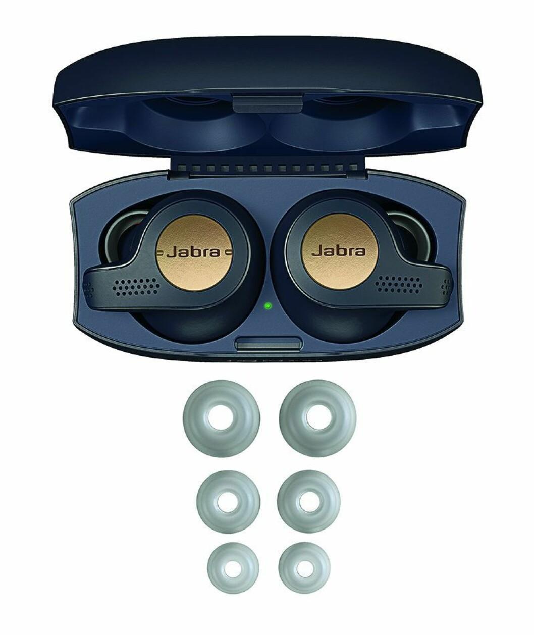 Jabra Elite 65 t Active leveres med ladeboks og tre par EarGels. Foto: Jabra.